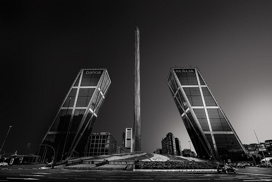 Fotos de Madrid Arquitectura Torres inclinadas Bankia Realia en blanco y negro al amanecer