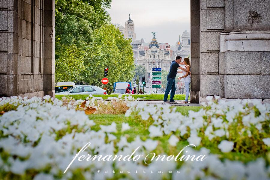 Fotos de pareja originales: Bea y Antonio en la Puerta de Alcalá (Madrid).