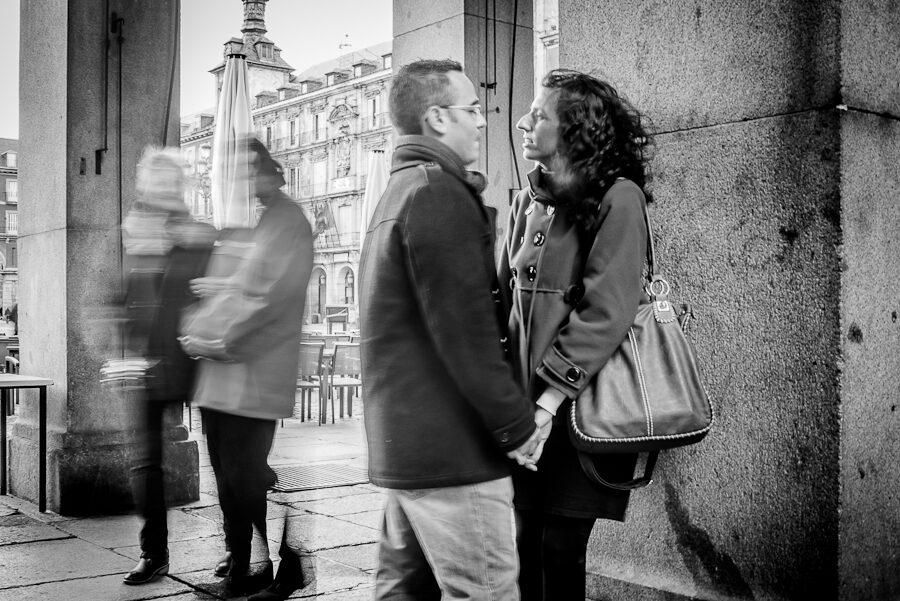 Fotos de pareja originales: en la Plaza Mayor de Madrid.