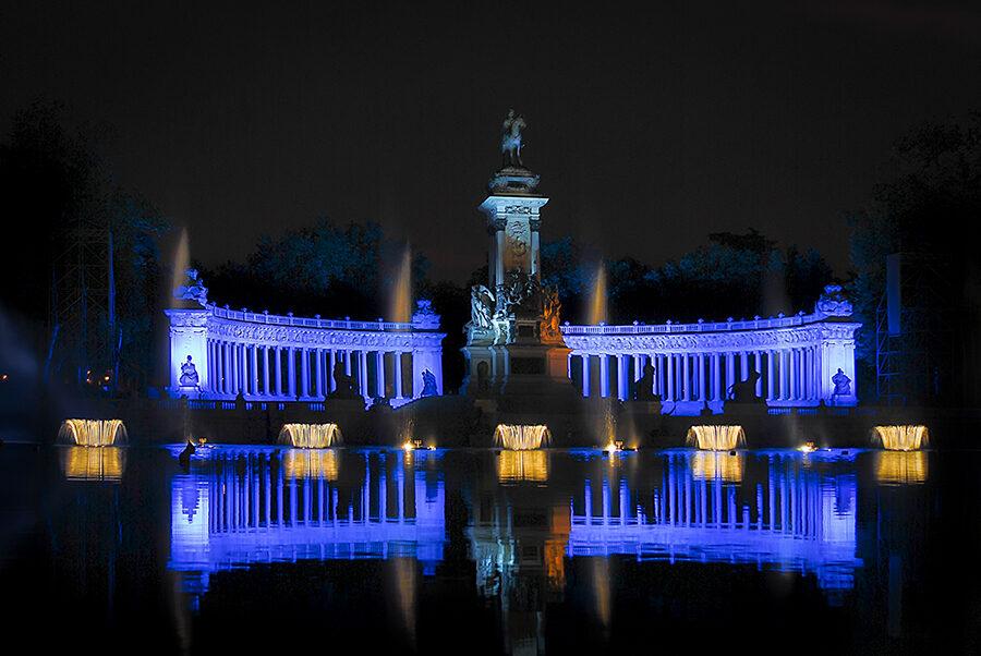 Naumaquias nocturnas en Madrid en el parque del Retiro.
